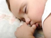Làm mẹ - Thấy con sơ sinh mút tay tưởng là chuyện thường nhưng nguy hại lắm mẹ ơi!