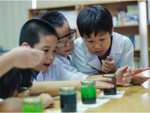 """Phụ huynh Sài Gòn rộ mốt cho con học ngoại ngữ theo kiểu """"thí nghiệm"""" Mỹ"""