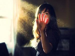 Thà một mình cô đơn còn hơn vùng vẫy bên ai đó mà vẫn thấy mình cô đơn
