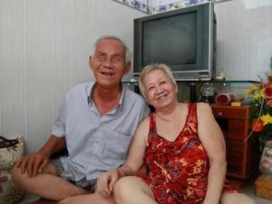 """Tình yêu """"chị - em"""" xuyên thế kỷ của ông lão mù và người vợ rong ruổi từ những ngày vỉa hè"""