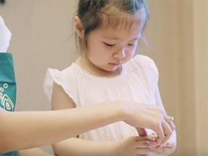 [Video] Cadie tập tành lột trứng cút phụ giúp mẹ Elly Trần