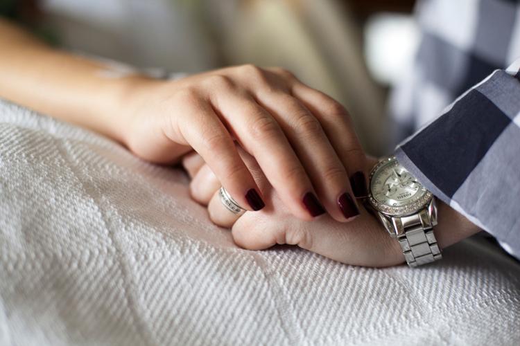 Nắm chặt tay để tiếp thêm sức lực cho vợ yêu.
