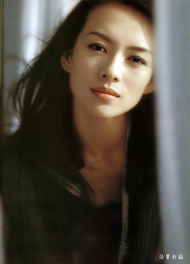 Chương Tử Di sinh ngày 9 tháng 2, 1979 tại Bắc Kinh, trong một gia đình không có truyền thống làm nghệ thuật. Sự nghiệp điện ảnh mở ra trước mắt cô khi cô tham gia một bộ phim quảng cáo dầu gội đầu của đạo diễn nổi tiếng Trương Nghệ Mưu. Cô đã được Trương Nghệ Mưu chọn vào vai nữ chính trong bộ phim Đường về nhà năm 1999. Bộ phim được hãng Sony Pitures tài trợ và phát hành ở Mĩ năm 2001. Bộ phim cũng giúp cô đoạt giải Gấu bạc tại Liên hoan phim Berlin tháng ba năm 2000.