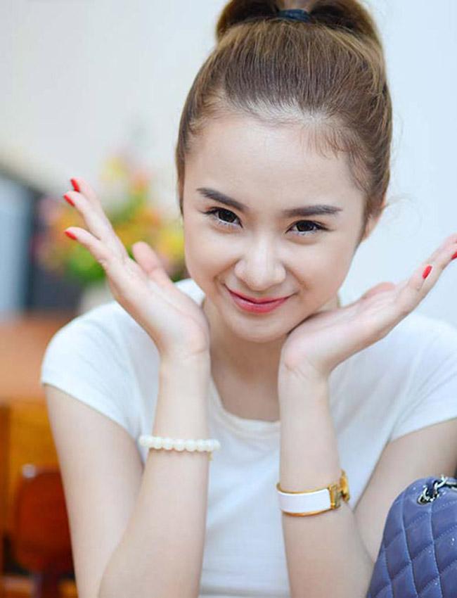 Diện áo pull trắng, gương mặt trang điểm nhẹ nhàng, tóc buộc cao trẻ trung, Angela Phương trinh trở về đúng với tuổi 18 của mình.