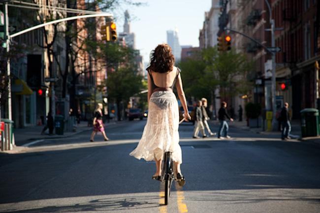 Cô nàng thu hút mọi ánh nhìn trên phố khi diện đầm maxi, áo trần lưng, thong dong đạp xe dạo phố trong một chiều nắng dịu ngọt.