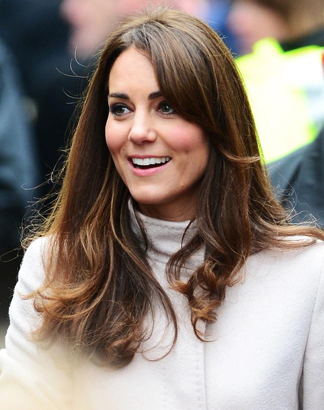 Công nương Kate Middleton sinh ngày 9 tháng 1 năm 1982, là vợ của hoàng tử William - Công tước Cambridge, con trai cả của Thái tử Charles và công nương Diana. Công nương Kate vừa được coi là biểu tượng thời trang của Vương quốc Anh, vừa là người đi đầu về xu hướng trang điểm và làm tóc thanh lịch, quyến rũ. Mái tóc mượt mà, óng ả màu nâu cà phê của Công nương có thể biến hóa thành nhiều kiểu tóc đẹp và trang nhã.