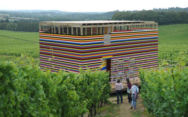 Năm 2009, ngôi nhà Lego có kích thước thật đầu tiên trên Thế giới ở Denbies Wine Estate, Serrey được dựng lên bởi 1000 tình nguyện viên. Ngôi nhà cần tới 3.3 triệu viên gạch nhựa, bao gồm một toilet và vòi hoa sen.
