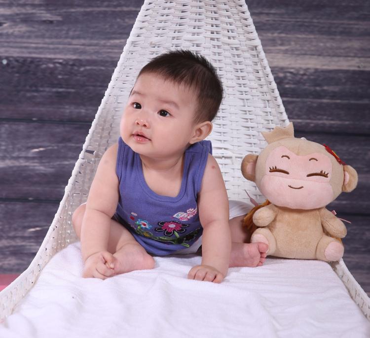 Vì mới được 6 tháng tuổi nên con ngồi vẫn chưa vững lắm, thế nên mẹ đã sắm cho con một chiếc ghế dựa hoành tráng thế này đây ạ.