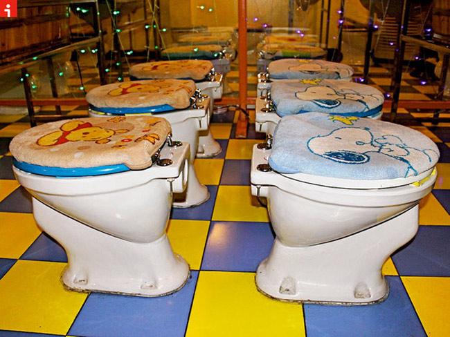 Nhà hàng 'lạ lùng' này mang tên House of Poo, nằm ở Bắc Kinh, Trung Quốc. Hơn 50 chiếc ghế ngồi trong nhà hàng được thiết kế trong hình dạng của chiếc bồn cầu và được trang trí bằng những chiếc thảm có in nhân vật hoạt hình dễ thương như gấu Winnie Pooh hay chó Snoopy.