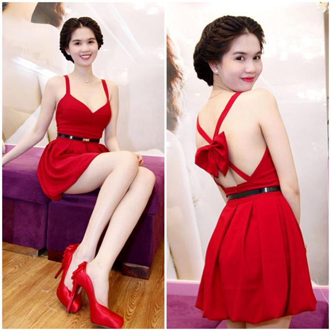 Làn da trắng sứ của Ngọc Trinh được tôn vinh dưới lớp váy màu đỏ mận ngọt ngào.