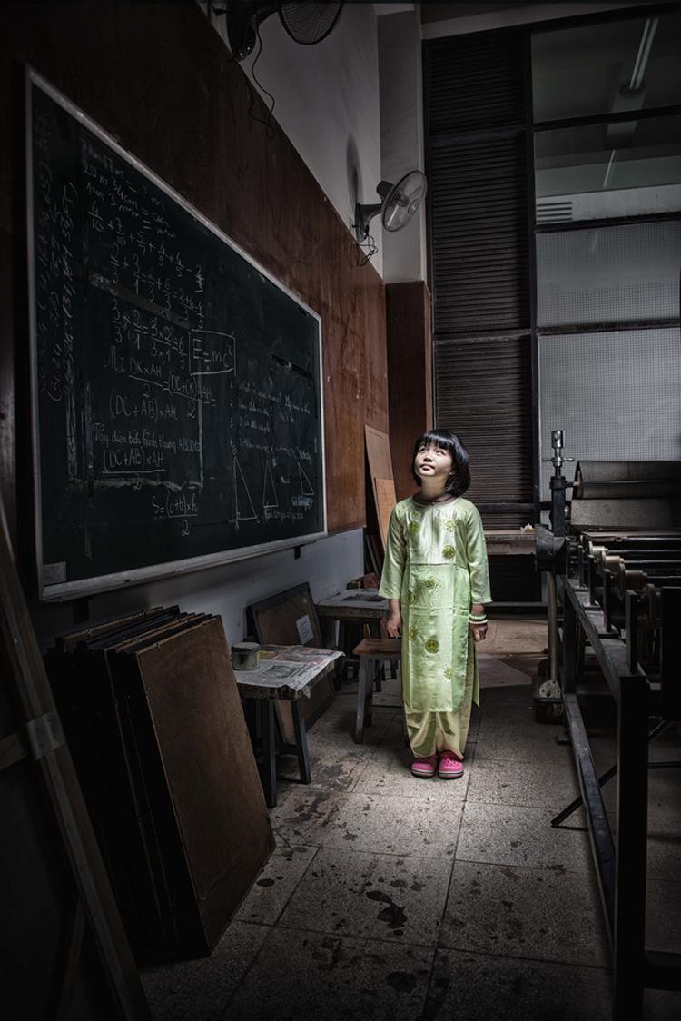 Nguyễn Nhật Ánh đang học lớp 4. Mặc dù đã học lớp 4, nhưng em chỉ nặng có 25kg vì em bị suy dinh dưỡng, Hiện tại, em đang sống cùng bà, em không biết bố mẹ mình ở đâu và đang làm gì. Cuộc sống với 2 bà cháu rất vất vả bởi bà đã 60 tuổi, sức khỏe lại yếu. Bà chỉ kiếm được ít tiền nhờ việc lau dọn thuê. Dù hoàn cảnh khó khăn, nhưng Ánh vẫn học rất chăm và đạt thành tích học sinh giỏi trong nhiều năm liền. Bất cứ khi nào rảnh rỗi, em lại giúp đỡ bà nhiều công việc nhà. Ánh cho biết'Ước mơ của em là trở thành 1 cô giáo để giúp đỡ những em học sinh có hoàn cảnh như em.'
