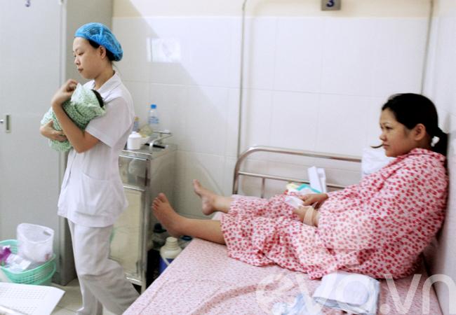 Thông thường tại BV Phụ sản Hà Nội, các bé sơ sinh sẽ được được đưa đi tắm lúc 9h sáng.