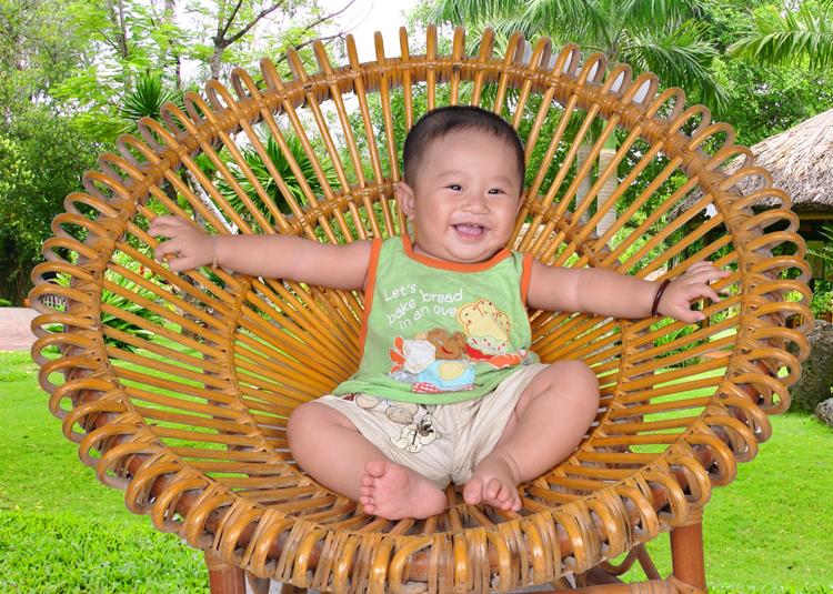 Chàng trai này có chiếc ghế mây đẹp quá cả nhà nhỉ? Chắc là chàng dùng chiếc ghế này để tắm nắng mỗi sáng đây.