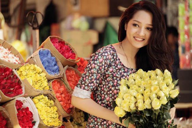 Bảo Anh khoe sắc bên hoa hồng đủ sắc, cô diện váy hoa di nền nã, dịu dàng.
