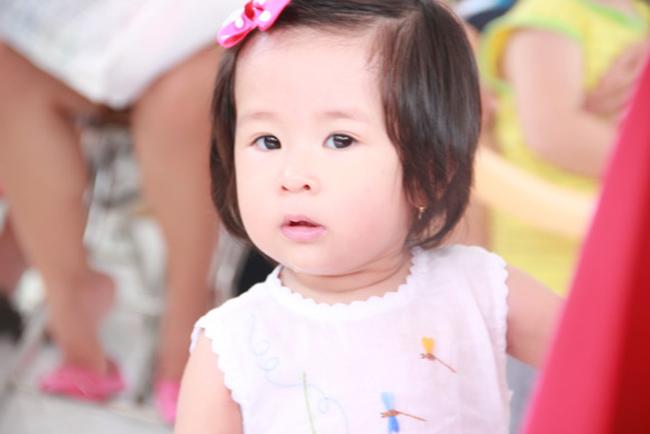 15 tháng tuổi, nhóc Cát nhà Mạc Anh Thư và Huy Khánh đáng yêu bất ngờ với khuôn mặt bầu bĩnh, đôi mắt to đen láy và làn da trắng.
