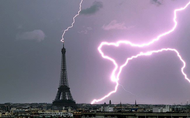 Sét đánh tháp Eiffel tại thủ đô Paris, Pháp.