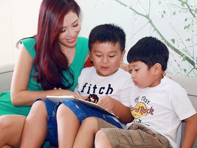 Hai con trai của MC nổi tiếng một thời rất kháu khỉnh. Bé trai lớn tên Nam Khánh (tên ở nhà là Tôm), năm nay 6 tuổi, còn bé trai út tên Nam Anh (tên ở nhà là Ben) được khoảng 4 tuổi.