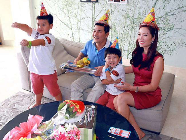 Á hậu quý bà Thu Hương chia sẻ: 'Khoảnh khắc ở bên chồng và 2 cậu con traigiúp tôi hạnh phúc nhất và có thêm năng lượng để làm việc tốt hơn'. Dù bận rộn, chị cũng không quên dành thời gian cho gia đình.