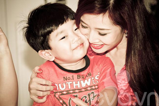 Mẹ Hương chụp ảnh cùng em Ben trong dịp sinh nhật 4 tuổi của bé