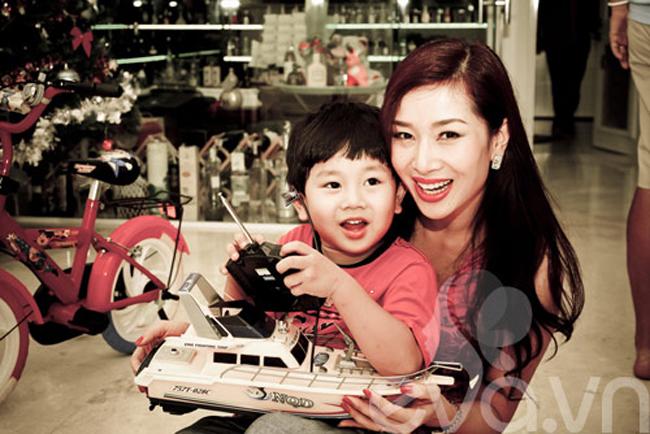 Bé rất thích món quà tàu thủy điều khiển từ xa do mẹ Hương tặng