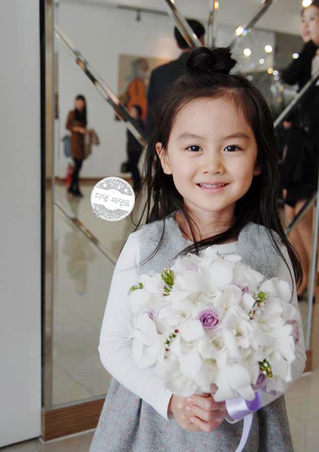 Yoon Da Young có bố người là người Hàn Quốc, mẹ là người Việt Nam. Sở hữu gương mặt xinh xắn, cô bé sớm trở thành người mẫu ảnh cho các hãng thời trang nhí của Hàn Quốc. Hình ảnh của em thường xuyên xuất hiện trên các báo và tạp chí.