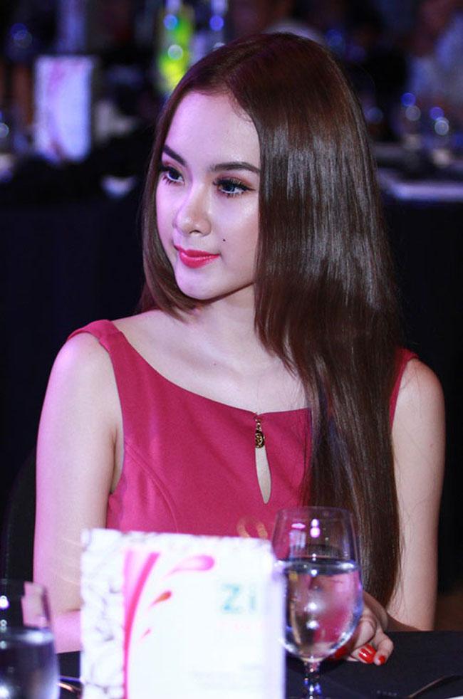 Phương Trinh chọn đầm hồng và son môi cùng tone màu nổi bật, tươi tắn nhưng gout trang điểm đậm cùng thần thái gương mặt khiến cô già hơn lứa tuổi 17, 18 của mình khá nhiều.