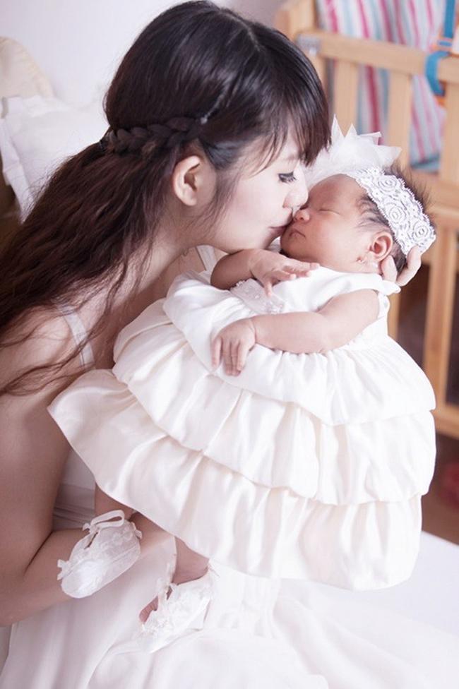 Vào lúc 9h tối ngày 16/6, vợ chồng nam ca sĩTrọn đời bên emđã đón đứa con thứ hai tênNguyễn Hà Hải Mynặng 2,8kg bằng phương pháp sinh thường tại bệnh viện (TP.HCM)