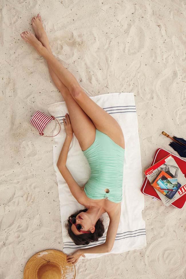 Khoảnh khắc thả dáng phơi nắng trên bãi biển trong bikini gợi cảm của phái đẹp.