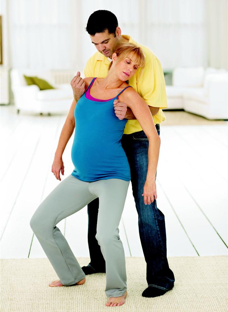 Đứng khụy gối  Muốn thực hiện được tư thế này, mẹ bầu cần có sự hỗ trợ của ông xã hoặc người thân.  Ưu điểm của tư thế này là giúp xương chậu của mẹ giãn rộng, để tạo điều kiện cho cổ tử cung mở nhanh hơn đến 15%. Tư thế này cũng giúp mẹ bầu bớt đau đớn hơn vì có sự hỗ trợ của anh xã.  Tuy nhiên, nhược điểm là đòi hỏi phải có người hỗ trợ và người hỗ trợ phải khỏe.