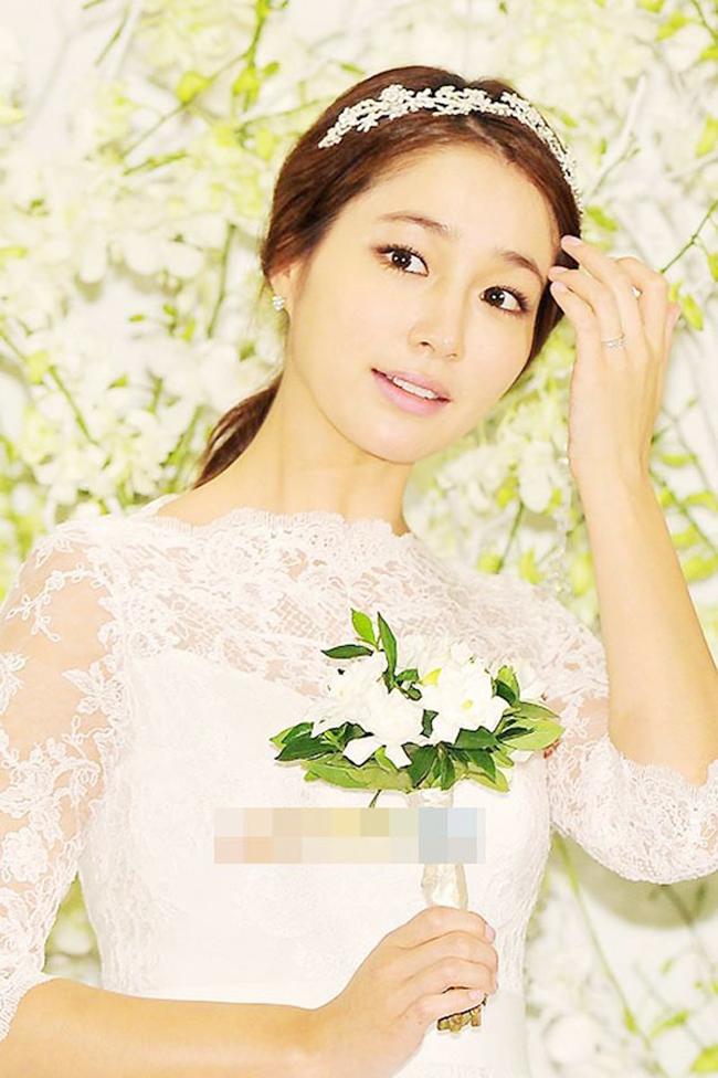 Với một đám cưới thế kỷ và một ông chồng nổi tiếng như Lee Byung Hun, Lee Min Jung là cô dâu được giới truyền thông và các fan hâm mộ quan tâm nhất xứ kim chi.