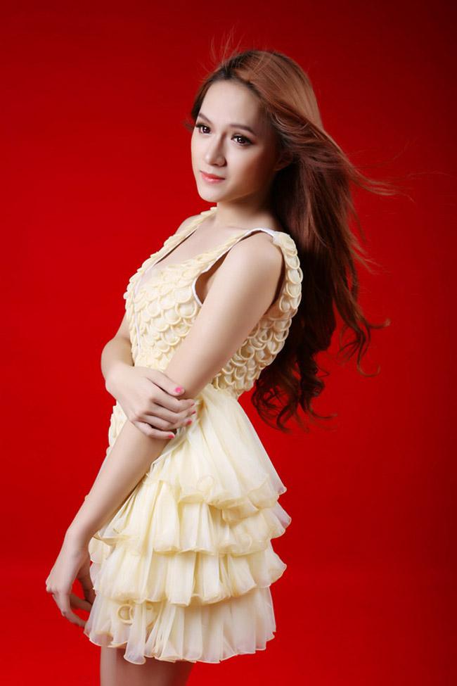 Nổi lên từ cuộc thi Vietnam Idol 2012, Hương Giang là thí sinh chuyển giới thu hút sự chú ý của công chúng. Vẻ ngoài quyến rũ và tạo hình 'ngọt' trong shoot hình này, thật khó tưởng tượng Hương Giang từng là nam nhi.