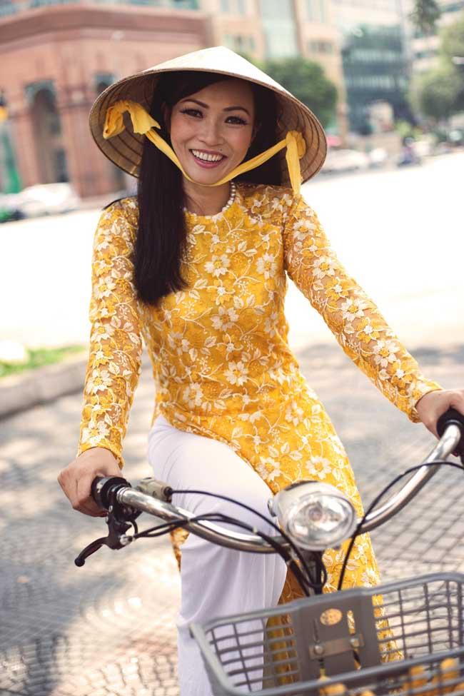 Diện áo dài hoa vàng màu nắng, non quai thao... Phương Thanh duyên dáng và dịu hiền đến lạ.