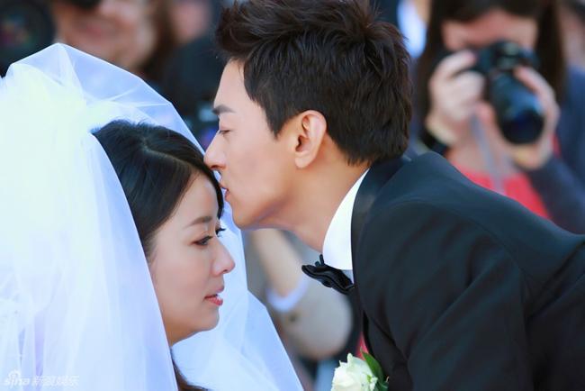 Góp mặt trong bộ phim mới nhất của nữ văn sĩ Quỳnh Dao - Không phải sương, chẳng phải hoa, Lâm Tâm Như lại có dịp diện váy cưới bên chàng nam diễn viên điển trai Joo Jin Mo của điện ảnh Hàn Quốc. Khác với những lần mặc váy cưới trước đó, Lâm Tâm Như bật khóc vì đã tìm được hạnh phúc của cuộc đời mình.