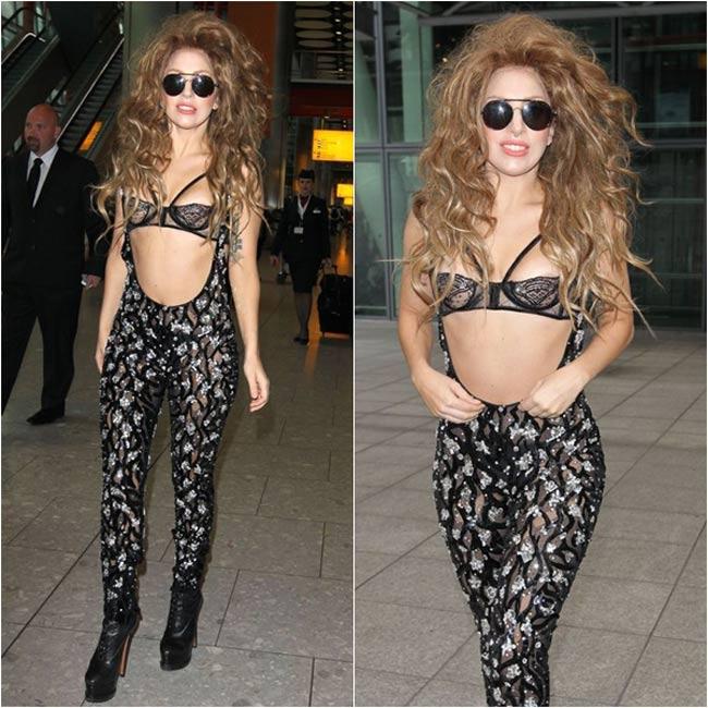 Nữ ca sĩ gây xôn xao sân bay Heathrow trong một trang phục lấy cảm hứng từ nội y vô cùng táo bạo của Atelier Versace.
