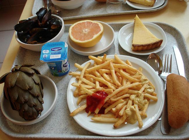 1. Pháp  Người Pháp không chỉ nổi tiếng nhờ những nhà hàng đắt đỏ mà còn có thể biến những bữa trưa tại trường học của trẻ em thành những bữa tiệc 5 sao. Một đĩa lớn khoai tây chiên, hoa atiso hầm nguyên bông, sữa và một phần bánh tartlà quá đủ cho học sinh Pháp.
