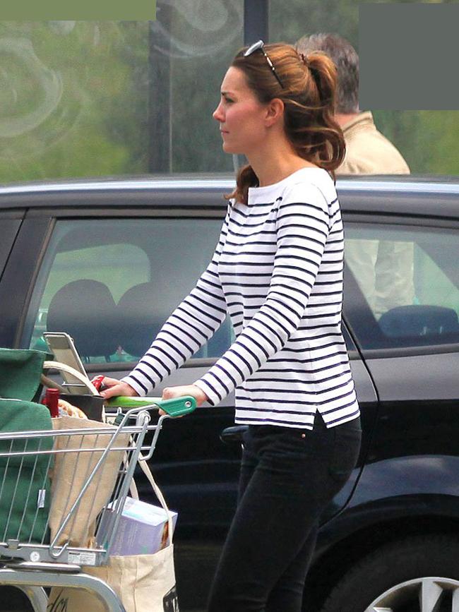 Ngày 28/7, chỉ hơn 1 tháng sau khi sinh con trai đầu lòng, cánh phóng viên bắt gặp Công nương Kate Middleton 1 mình đi mua thực phẩm cho gia đình. Lúc này trông Kate đã vô cùng thon gọn và xinh đẹp với quần jean màu đen kết hợp áo sọc đen trắng.