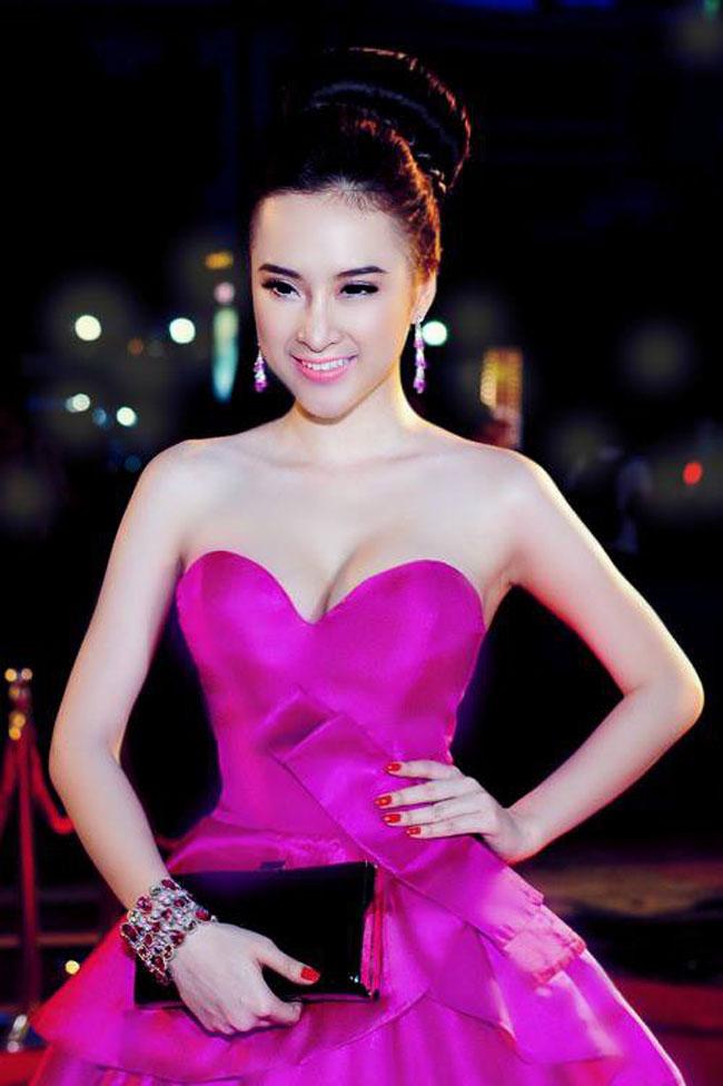 Angela Phương Trinh diện đầm hồng tôn eo thon, vòng một căng tròn quyến rũ.