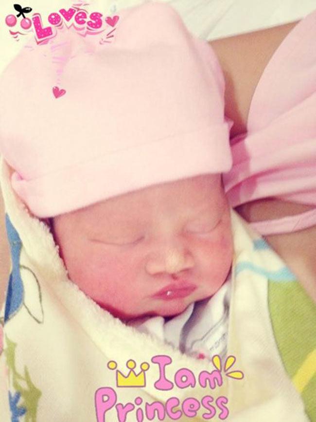 Hạ sinh cô con gái vào ngày 2/3/2013, siêu mẫu Vũ Thu Phương khiến rất nhiều người ghen tị vì cô con gái xinh như thiên thần.