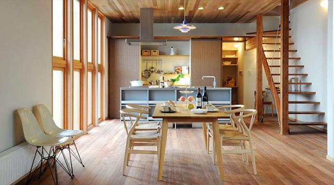 Phòng ăn hiện đại với chất liệu gỗ sáng màu.