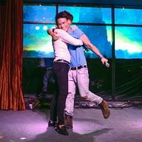 Bùi Anh Tuấn ôm chặt Dương Trường Giang trên sân khấu