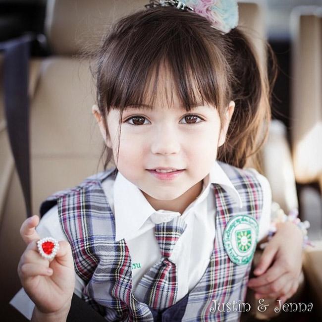 Jirada Jenna Moran được coi là thiên thần quảng cáo nhí nổi tiếng nhất nhì Thái Lan hiện nay. Mới tròn 5 tuổi, cô bé mang hai dòng máu Thái Lan và Mỹ đang trở thành 'hiện tượng' trên các diễn đàn mạng vì vẻ ngoài siêu đáng yêu đặc biệt là đôi mắt to tròn đen láy.