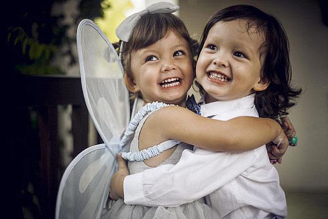 Nữ Diva Hồng Nhung kết hôn với doanh nhân Kevin người Mỹ và đến tháng 4 năm 2012 cô hạ sinh hai thiên thần Tôm và Tép ở tuổi 42. Suốt 2 năm qua, Hồng Nhung luôn giữ kín hình ảnh của hai con trai gái với công chúng.