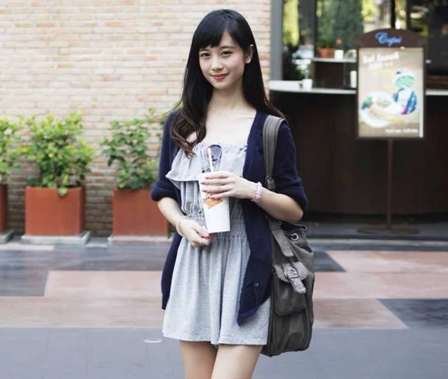 Cô gái Hà Nội thường gọi làJun Vũ, tên thật là Vũ Phương Anh sinh năm 1995 sang định cư tại Thái Lan được 4 năm nay chính là nhân vật đang cực hot của nhiều show quảng cáo ở đất nước chùa vàng.