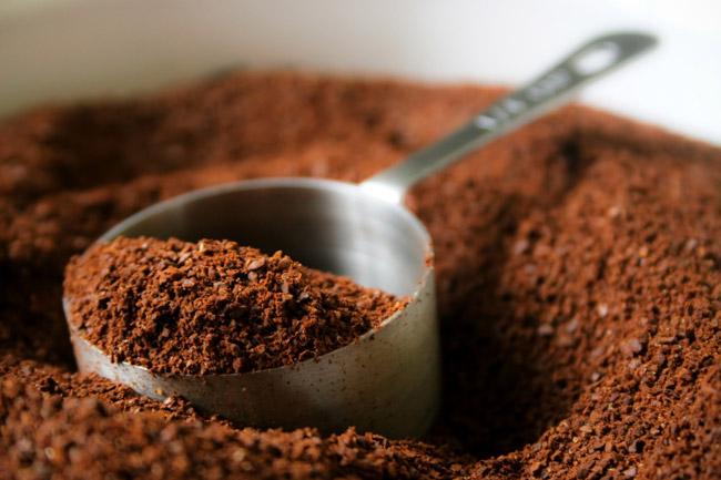 1. Bã cà phê  Nếu bạn đang băn khoăn không biết xử lý mùi khó chịu trong tủ lạnh thế nào thì đừng quên sử dụng bã cà phê nhé. Cách thức rất đơn giản, bạn chỉ cần lấy một bát bã cà phê (loại đã qua sử dụng hoặc mới đều được) đặt vào tủ lạnh, một lúc sau nó sẽ hấp thụ hết các mùi không mong muốn.  Với những bạn có thói quen lưu trữ nhiều thức ăn trong tủ lạnh, đặc biệt là những loại thức ăn tươi sống hoặc có mùi tanh như tôm, cá thì đây là biện pháp cực kỳ hữu hiệu. Nhớ thay bã cà phê 2 tháng một lần để tủ lạnh của bạn luôn có mùi dễ chịu nhé.