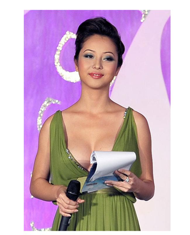 1. Đừng để lộ đôi vai xuôi:  Jennifer Phạm sở hữu đôi vai vô cùng mảnh mai, quyến rũ. Tuy nhiên cô lại có một điểm trừ là đôi vai xuôi khi mặc trang phục quá hở phần vai và ngực.