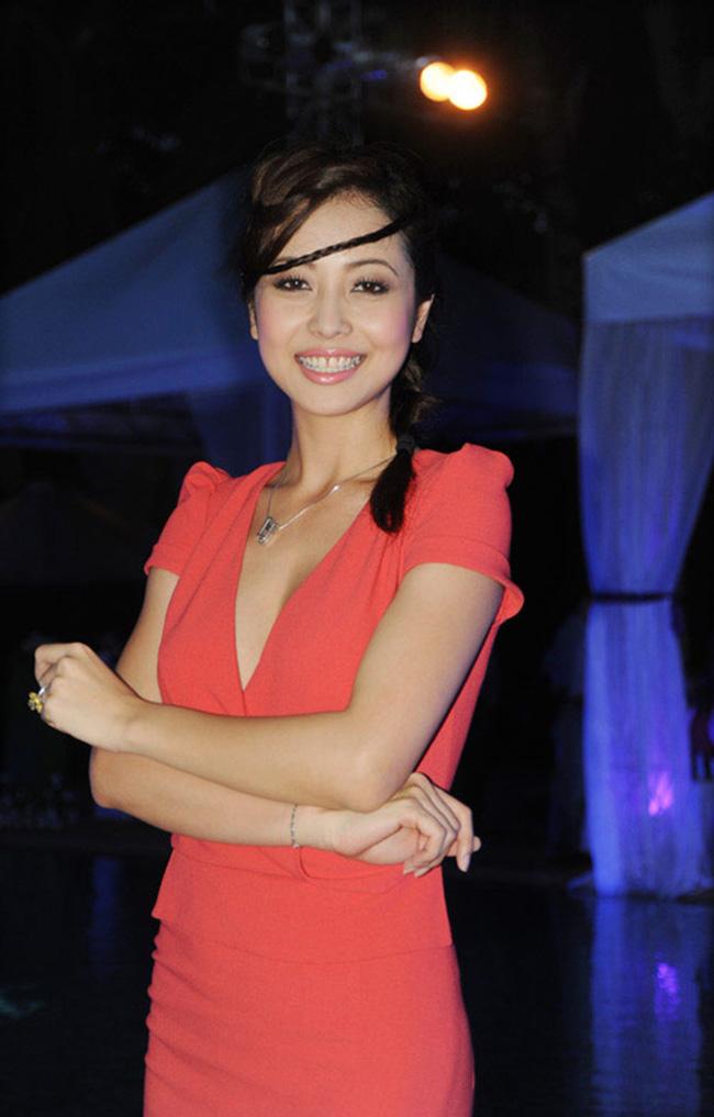 Cô cũng không hợp với những mái tóc quá điệu đà, bởi nhan sắc Jennifer Phạm thường tỏa sáng với những điều giản dị.