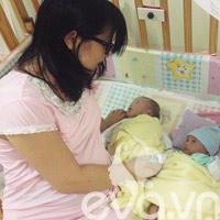Xúc động mẹ ôm bụng bầu sang Malaysia cứu con