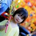 Trẻ Việt thích thú chơi đồ trung thu truyền thống