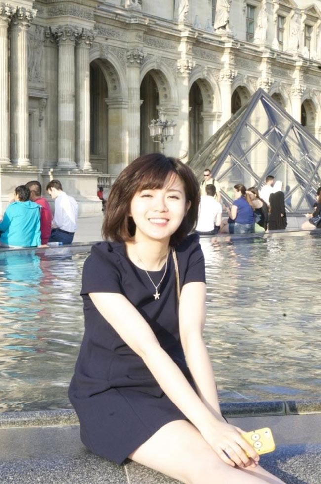 Bắt đầu từ hình ảnh cô gái ngồi bênbảo tàng Louvre, Pháp với nụ cười tỏa nắng được nhiều bạn trẻ like và bình luận trên mạng xã hội, Tú Linh bỗng trở thành cái tên được nhiều người tìm kiếm.