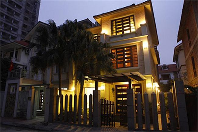 Hồ Quỳnh Hương sở hữu ngôi biệt thự 3 tầng có vườn bao quanh.